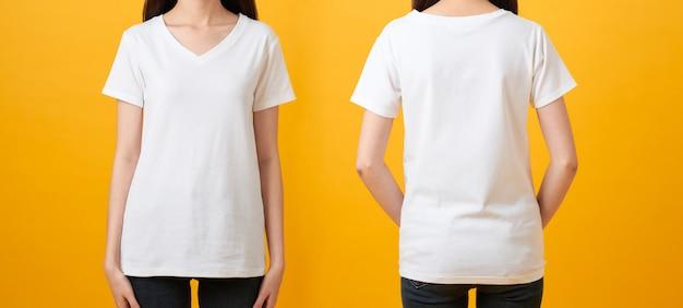 Молодая женщина в пустой белой футболке изолированной на желтой предпосылке, передние и задние взгляды насмешки вверх для печати дизайна.