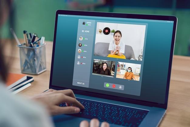 Азиатская коммерсантка делая видео- встречу встречи для того чтобы объединиться в команду онлайн и представить рабочие проекты. концепция работы из дома.
