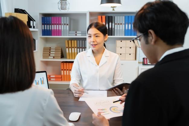 ビジネスチームワークブレーンストーミング会議と職場での新しいスタートアッププロジェクト、品質の成功した仕事のコンセプト。