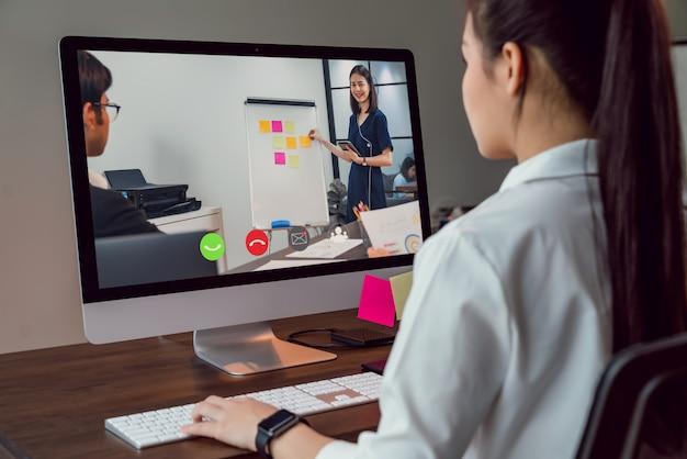 Деловая женщина делает видеосвязь с командой онлайн и представляет рабочие проекты
