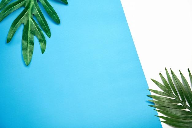 Вид сверху абстрактные красочные пастельные бумаги и листья на фоне.