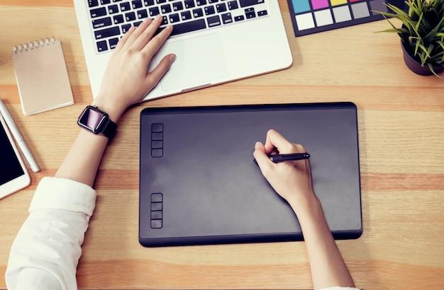 Бизнесмен использует компьютер для графического дизайнера и выбирает образец цвета, чтобы соответствовать паб