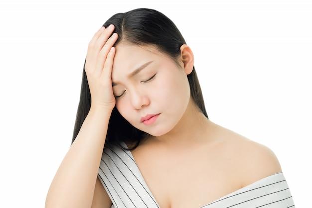 Женщина касается головы, чтобы показать ее головную боль. причины могут быть вызваны стрессом или мигренью.