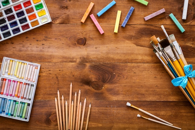 茶色の木製の背景、フラットレイアウト、コピースペースに創造的な芸術作品のアクセサリー