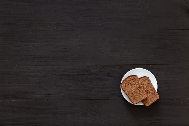 Два ломтика хлеба на белой тарелке