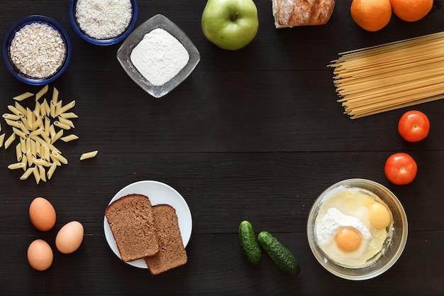 テーブルの上の食材製品を調理