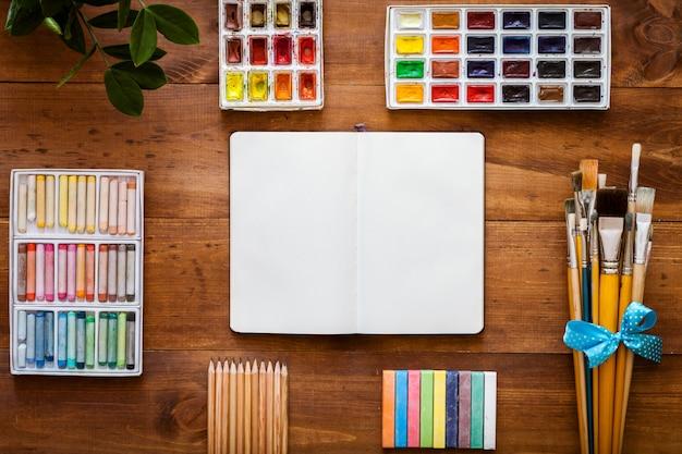 クリエイティブアート用品セット、ノート、ペイントブラシ、トップビューコピースペース