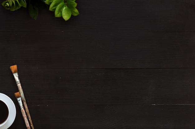 クリエイティブアート木製空白黒背景にコーヒー、絵筆