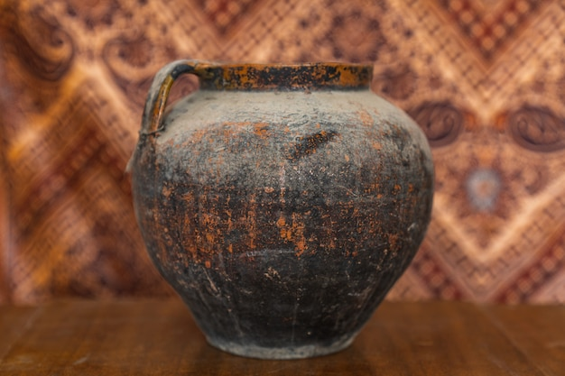 Фото пустой глиняной вазы на возрасте деревенский деревянный столик