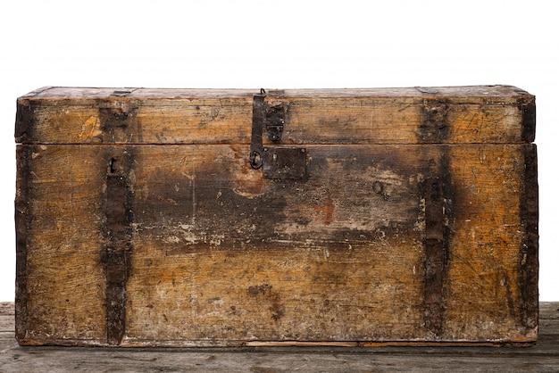 Старый деревянный сундук с сокровищами изолированный на белизне, фото студии