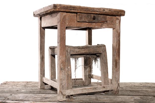 Оригинальный старый антикварный стол и стул сапожника дуба семнадцатого века на белом фоне