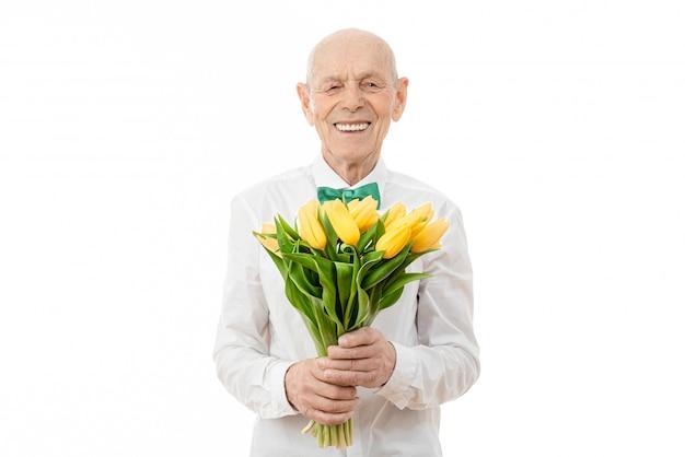 Старший держит в руках букет желтых цветов