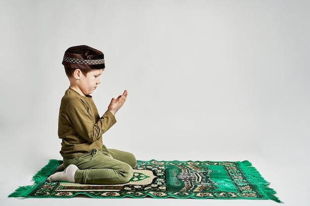 若い男がラマダンの月に彼の祈りをする準備をしています