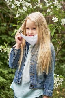検疫の最後に女の子が医療用マスクを外す