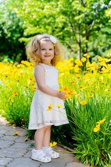 黄色い花の白い髪の少女