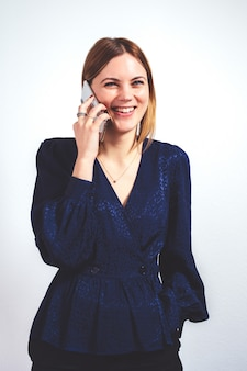 Современная деловая женщина на телефоне с копией пространства