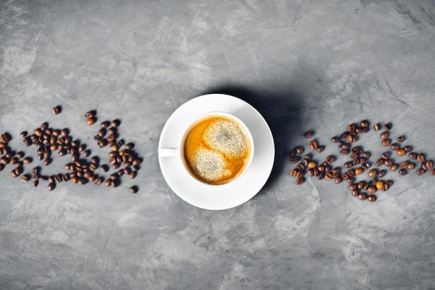 Одна чашка кофе на сером столе.