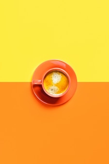 Одна чашка кофе на двухцветном столе.