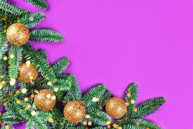モミの枝とゴールデンボールの紫色の画像。