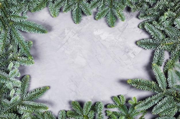 モミの木とクリスマスコンクリートテーブル。
