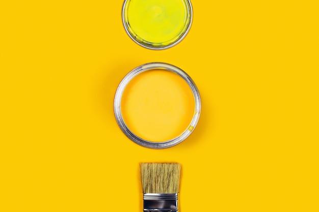 Желтый стол с цветной краской банку.