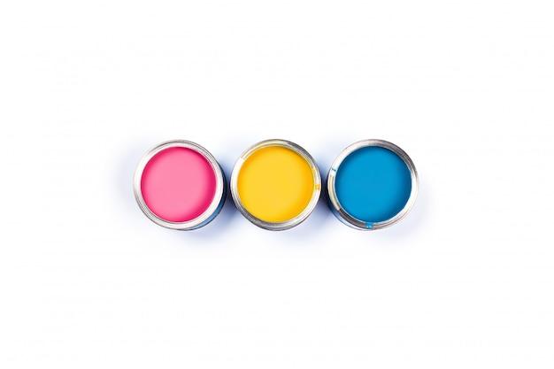 Белый стол с тремя цветными банками с краской.