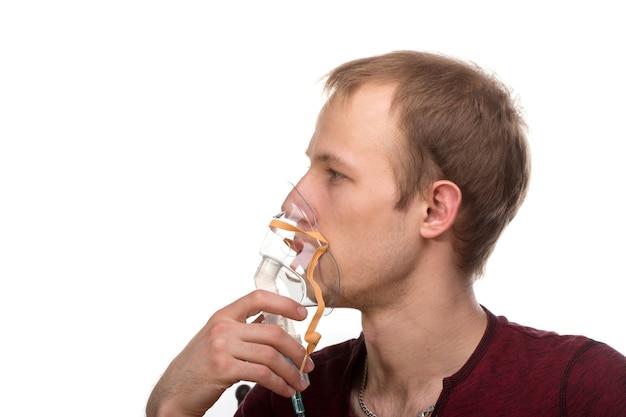 男は彼の吸入器を保持します
