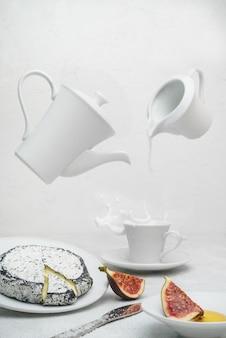 Керамическая кружка на белой керамической тарелке с вкусной едой
