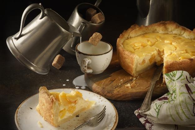 Вкусный торт на белой керамической тарелке