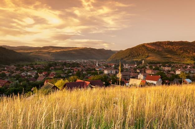 Вид коммуны прайд с холмов вокруг нее