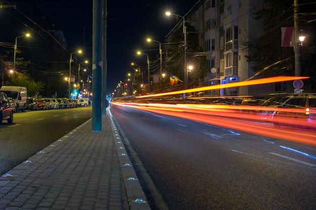 夜の街の光の道。長時間露光