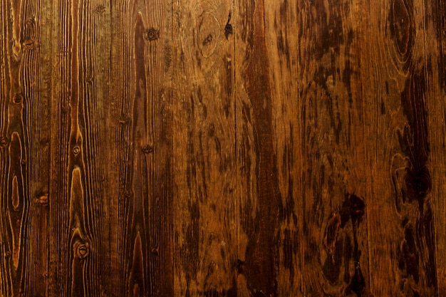 Темно-коричневая деревянная поверхность.