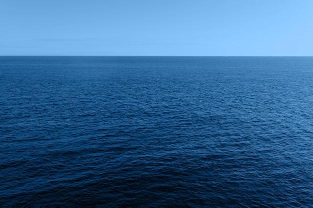 Летний дневной пейзаж крыма, ялта голубая поверхность