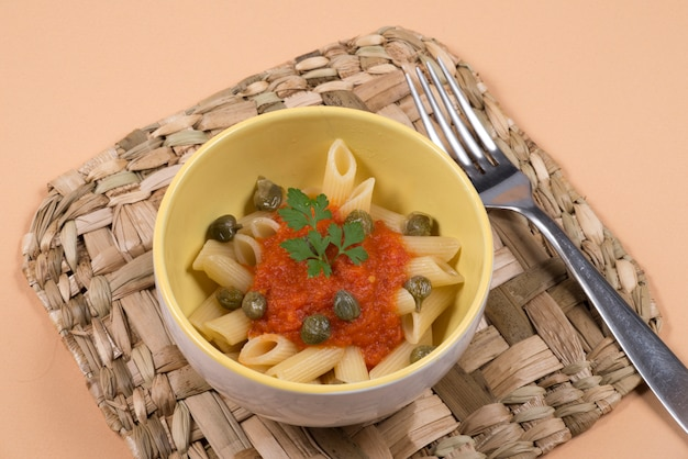 Макаронное блюдо с томатным соусом вид сверху