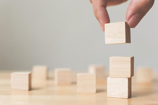 Ручная укладка деревянных блоков на деревянный стол