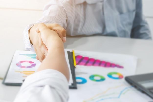 クローズアップ実業家ハンドシェイク一緒にパートナーシップまたはチームワークの概念