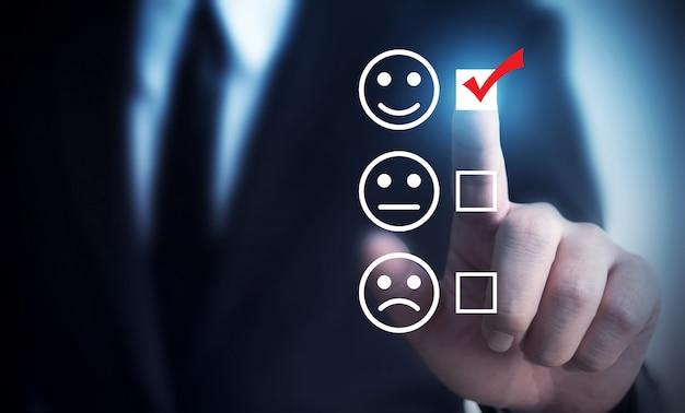 ビジネスマンはスコア幸せなアイコンを評価することを選択します。