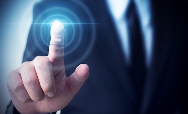 Тождественность биометрии отпечатка пальцев сканирования экрана касания бизнесмена для того чтобы подтвердить, концепция данных по безопасности защиты