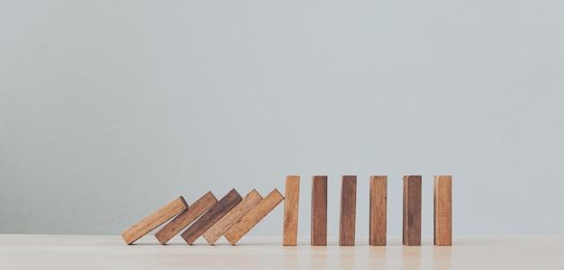 木製のドミノビジネス危機効果またはリスク保護の概念を停止します。