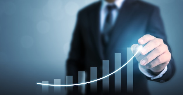 Бизнесмен, рисование стрелка граф корпоративный план будущего роста