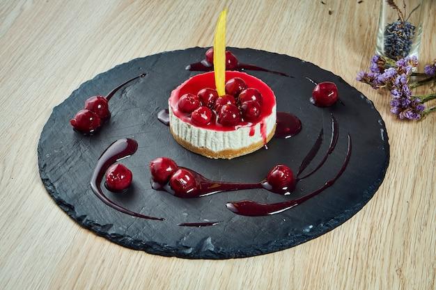 プレート上の繊細な風通しの良いチーズケーキのおいしいスライスにクローズアップ。夕食後のおいしいデザートケーキ。レシピやメニューの食品写真表