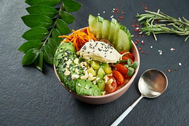 Азиатская тыква с крем-сыром, авокадо, помидорами черри, огурцом и грибами шиитаке на черной поверхности
