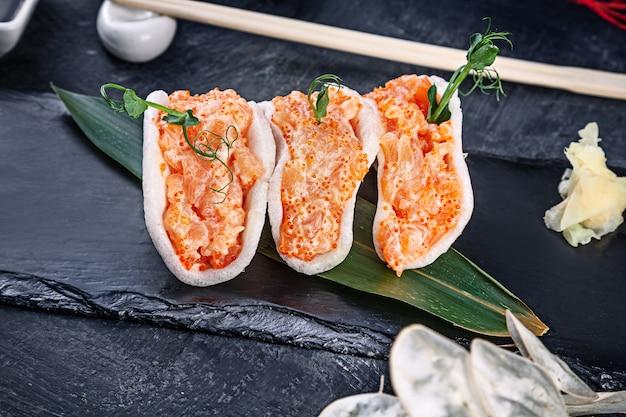 Современный сервированный тартар из лосося с авокадо в рисовых чипсах