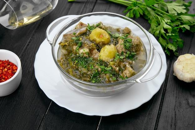 ラムとスパイスコピースペースと暗い背景にグルジアの豊富なスープ。グルジア料理。昼食のための食べ物。おいしいスープボウル。レストランのコンセプト