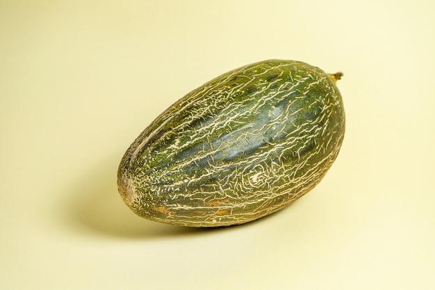 Творческое фото вкусной дыни на желтой предпосылке. крупным планом вид на сладкие летние фрукты дыни. продовольственная концепция фото. художественная работа с арбузом