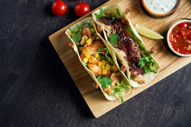 フライドチキンと牛肉の煮込み、キャベツ、タマネギ、パセリを使ったメキシコのタコス。伝統的なメキシコ料理