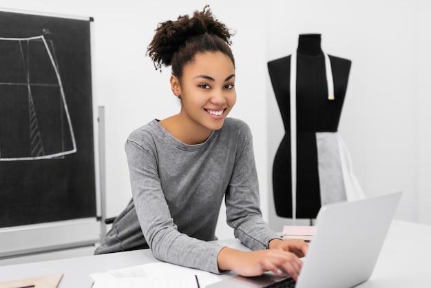自宅で働いて美しいアフリカ系アメリカ人デザイナーの肖像画。成功するビジネスコンセプト