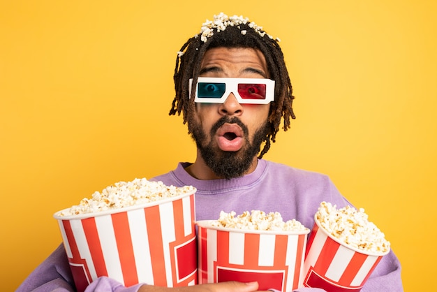 Мальчик весело смотрит фильм. концепция развлечений и потокового телевидения.