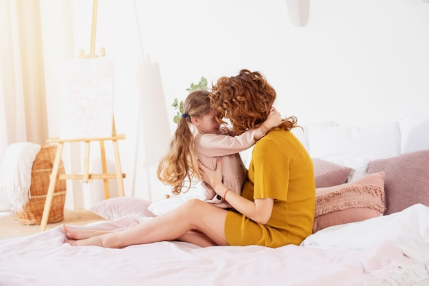 Беременная мама играет с дочерью. концепция семьи, радости и беременности