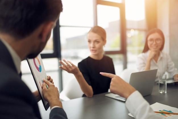 人々のチームは会社の統計と一緒に働きます。チームワークとパートナーシップの概念。